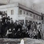 Η Σοφία και ο Ιωάννης Βασίλαρος με τους κατοίκους του Καταφυγίου