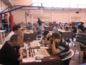 Οι γκραν μετρ Βέλιτσκα (αριστερά) και Προχάσκα στην 1η σκακιέρα του 5ου γύρου των αγώνων «Ίκαρος 2014»