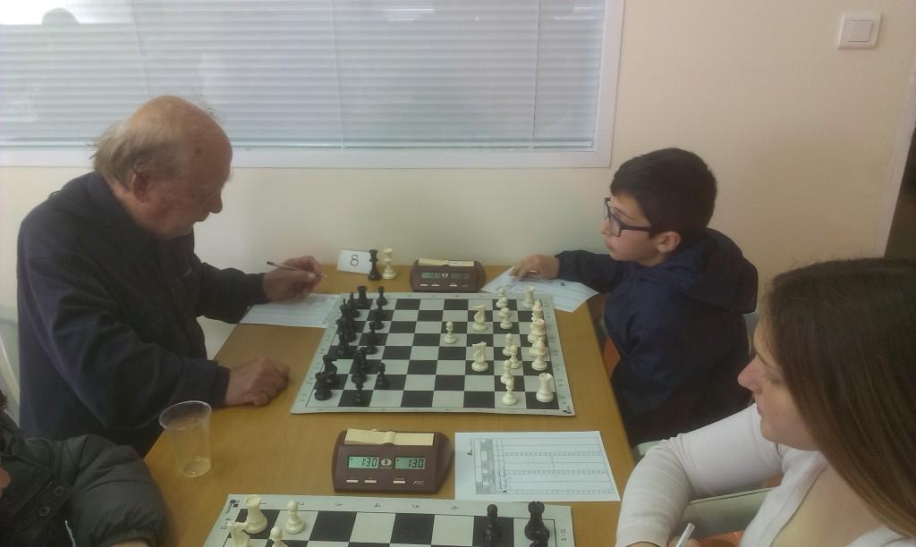 Ο 87χρονος Στ. Ευκαρπίδης αντιμετωπίζει τον 11χρονο Αθ. Γαρουφαλή της Σάμου. Δίπλα η 16χρονη Αφρ. Βαζούρα. Το σκάκι δεν γνωρίζει φύλο και ηλικία!